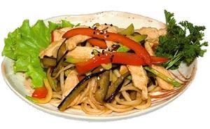 Лапша с курицей и жареными овощами
